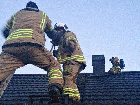 PIPEBRANN: Her er brannvesenet i ferd med å slukke en pipebrann. Følger du rådene fra brannvesenet, unngår du faren ved slik brann.