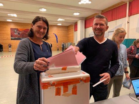 STEMTE: Lise Mandal (H) hadde med seg mannen Robert til stemmeurnene i Eikhallen mandag ettermiddag.