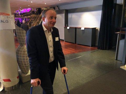 KRYKKER: – Jeg måtte jo være her, dette er en viktig kveld, sier Frode G. Hestnes (Frp). Han ble operert i benet mandag morgen, men stilte på valgvake i Tønsberg samme kveld.