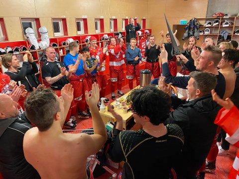 NY JUBEL: Tønsberg Vikings-spillerne kunne juble i garderoben i Furuset Forum onsdag kveld, som her  den overraskende seieren over Ringerike.