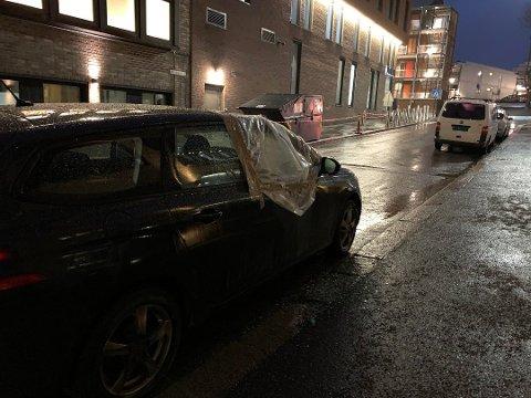 KNUST: Nok en gang har en mann gjort hærverk på biler i sentrum. Dette bildet ble tatt etter mannens herjinger natt til mandag. Foto: Thea Natalie Svendsen