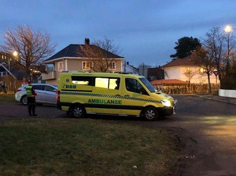 TIL AKUTTMOTTAKET: Syklisten ble tatt med av ambulansen etter ulykken.