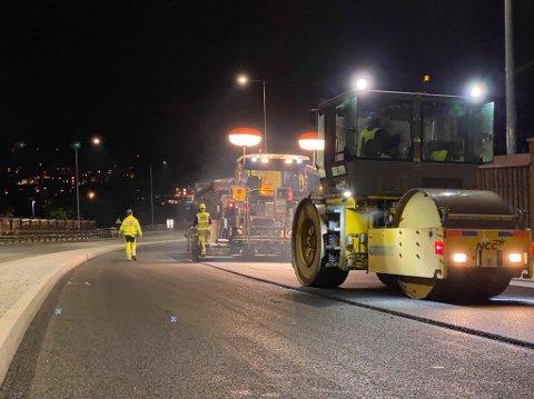 ASFALT: Her legges siste laget med asfalt i kjørefeltene inn mot byen.