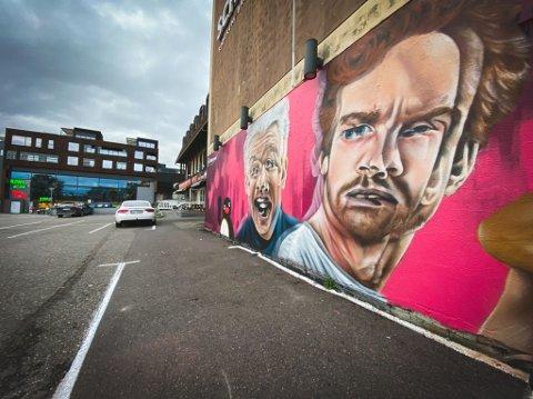 VEGGPRYD: Herman Flesvig og Mikkel Niva, som er aktuelle med både TV-serie og podkast, pryder nå denne store murveggen i Tønsberg sentrum.