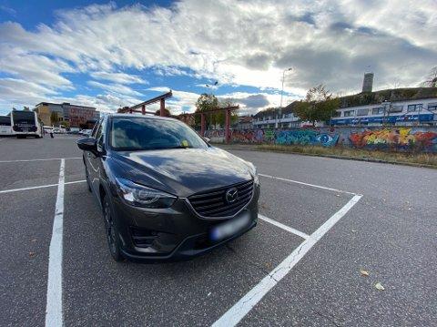 DYR PARKERING: 900 kroner kostet denne parkeringen på pendlerparkeringen utenfor togstasjonen i Tønsberg. Noe som i utgangspunktet koster 35 kroner per uke eller 100 kroner i måneden.