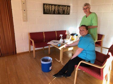 KLARE: Legesekretær Else Lill Paulsen (foran) og Liv Berit Fagerheim ved Våle Legekontor står klare med influensavaksine til pasienter i risikogruppene.