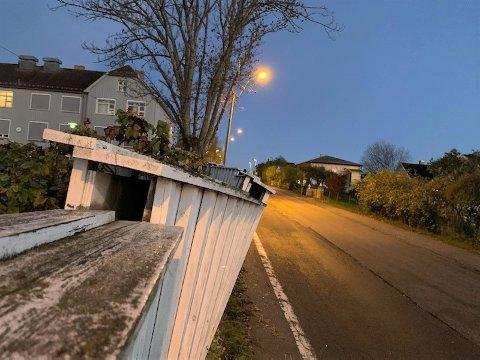 SLAGSIDE: Gjerdet mellom Husvik skole og Narverødveien fikk Hilde Claussen til å frykte en ulykke. Bildet er tatt tirsdag morgen.
