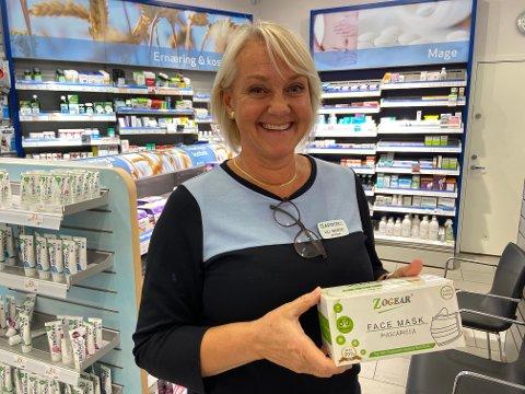 FLERE SALG:  Farmasøyt Lill Merete Fevang ved Apotek 1 Hvalen har opplevd større pågang fra folk som vil skaffe seg munnbind.