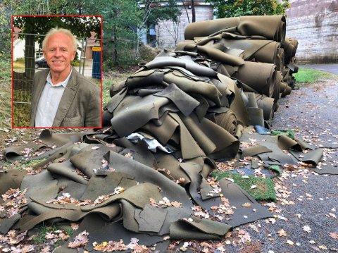 Teie Idrettsforening fikk frist til 25. september med å fjerne disse restene fra de gamle kunstgressbanene. Reidar Gotteberg fra Miljøpartiet de Grønne synes lite om at de fortsatt ligger der.