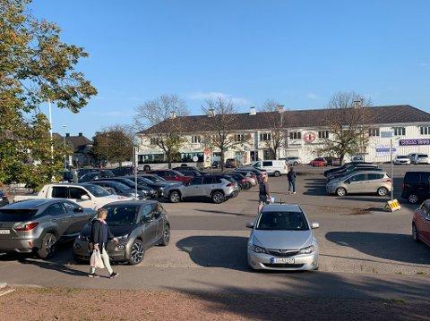 TIL VURDERING: På Teie Torv kan du i dag parkere én time gratis. Snart må politikerne vurdere om de skal fjerne tilbudet.