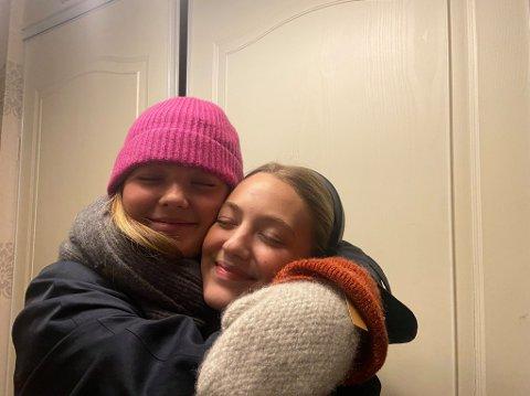«KLEMMEVENNER»: Anna Raudberget (19) og Elvira Storn (19) har valgt hverandre som «klemmevenner». – Det er fint å kunne klemme noen. Vi er så mye sammen så det er veldig naturlig å ha hverandre som «klemmevenner»., forteller jentene.