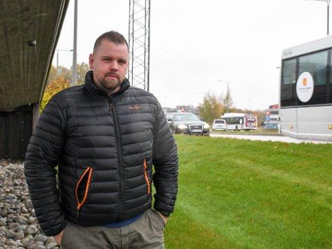 YRKESSJÅFØR: Aage Martin Wilhelmsen kjører tungtransport daglig i Presterødbakken. Han synes 2+-feltet er et merkelig valg med tanke på trafikksikkerheten på denne veistrekningen.