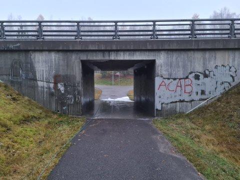FØR: Slik så undergangen i Hortensveien ut underveis i arbeidet med å fjerne grafittien på veggene.