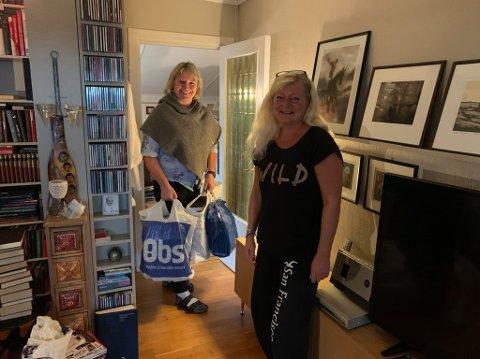 LESEGLADE: Borghild Them fikk med seg tre stappfulle bæreposer med bøker. Anne Rygh Pedersen åpnet dørene søndag ettermiddag slik at naboer kunne tømme bokhyllene.