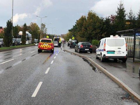 Nøtterøyveien ble helt stengt som følge av ulykken onsdag ettermiddag. Personbiler fikk passere via et fortau, mens busser og lastebiler ble pent nødt til å vente.