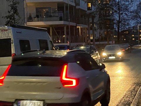 TRANGT: En del av Kanalveien blir så smal på grunn av parkerte biler at møtende biler ikke kan passere hverandre.  Nabo Laila Sahlsten mener dette skaper farlige situasjoner i trafikken.