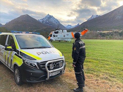 AKSJON: Politiet fra Vestnes og Rauma lensmannskontor ledet redningsaksjonen. Paret ble hentet uskadet ned fra 1200 meters høyde.