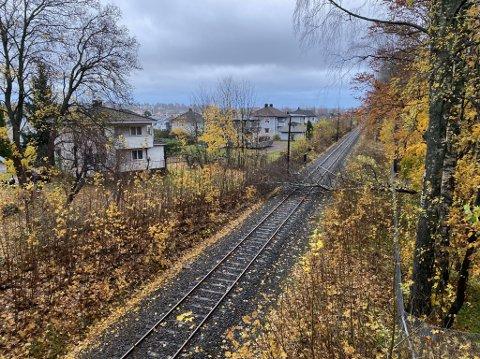 HINDRING: Brått ble togtrafikken stanset ved Gamle idretten i Tønsberg.