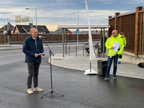 – SÅNN DET ER: Fylkesordfører Terje Riis-Johansen vil ikke svare på om stillingsvernet gjør det vanskeligere å kutte i kostnader. Her fra åpningen av Presterødbakken.