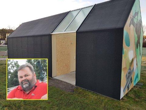 HÆRVERK: Døren til det offentlige toalettet ved Tjøme skateklubb på Haugsjordet er brutt opp og innvendig er det rasert. Leder av skateklubben, Jan Thomas Låhne, tror dette er ungdom som ikke har noen fritidstilbud å gå til på kveldene.