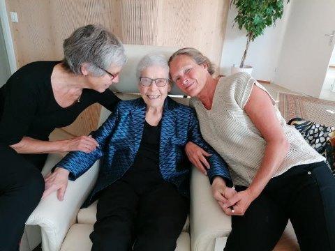 MOT SLUTTEN: Her er Inger Svensrud (midten) fotografert den dagen hun skal dø. Venninnene Elisabeth Sann (til venstre) og Hanne Bergo fulgte henne til det siste.
