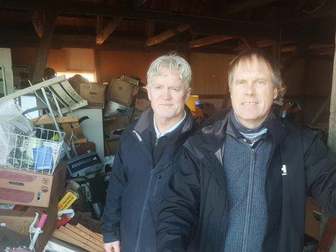 NULL LOPPEMARKED:  Njall Helgi Jonsson og Rune Barstad fra Søndre Slagen Skolekorps sin loppemarkedkomite, forteller om både sviktende inntekter og overfylt «loppe-låve».