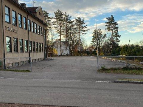 TOMT: Skolen og skolegården var tom fredag morgen da Tønsberg Blad var innom. Alle elevene og ansatte hadde fått sms om at skolen var blitt stengt.