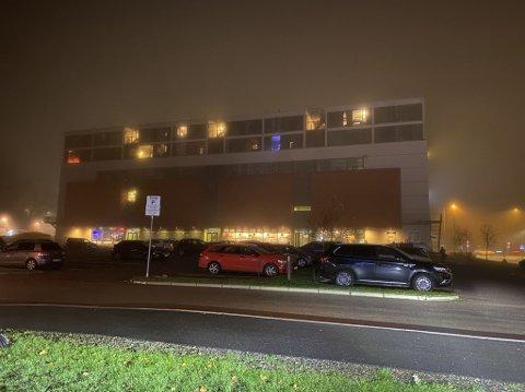 NYE P-REGLER: Parkeringsplassen utenfor Kilden kino har i alle år vært gratis. Nå har det plutselig dukket opp en parkeringsautomat der.