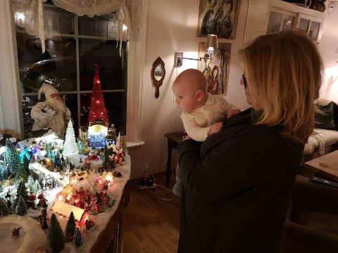 GLEDER STORE OG SMÅ: Cecilie Børnich bringer julebytradisjonen videre. Her beundrer hun og barnebarnet familiens julestolthet.
