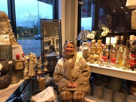 TØFFERE NÅ: Før jul gikk Lenni Strandlis gavebutikk riktig godt. Nå har hun måttet stenge dørene, men tar i mot bestillinger og selger gavekort.