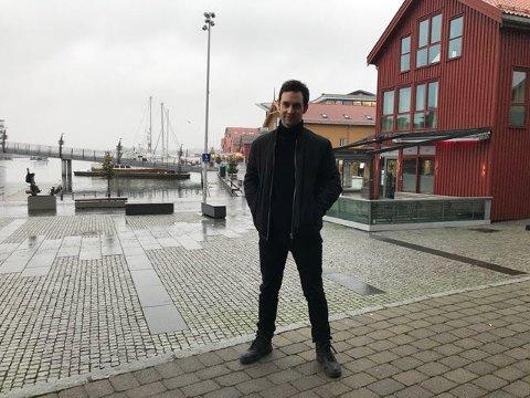 GAVMILD: Artisten og magikeren Alexx Alexxander er godt julegavehumør. Det får en fritidsklubb på Sem nyte godt av.