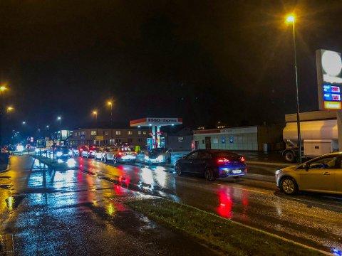 ENORME KØER: Det oppsto enorme køer i alle retninger etter ulykken på Semslinna. Her fra Sem.