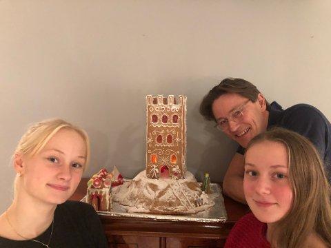 FIN TRADISJON: I 2011 kom pappa Mads Dahl med en idé til et litt annerledes pepperkakehus. Ideen ble godt likt av døtrene.  – Vi bor jo i Tønsberg, Norges eldste by, så da er det helt naturlig at vi lager Slottsfjellet som pepperkakehus. Også er det en fin tradisjon og fint å gjøre noe som ikke alle andre gjør, forteller Amanda Dahl Kjendlie (til venstre) og Eva Dahl Kjendlie.