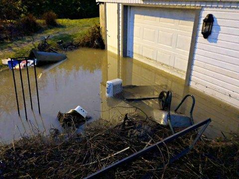 STO OPP VEGGEN: Slik så det ut utenfor garasjen til en av boligene i Bekkeveien.