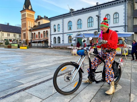 GLEDESPREDER: Svein Egil Johansen har brukt et halvt år på å fikse julesykkelen hans – i dag fikk den sin første tur ut i byen.