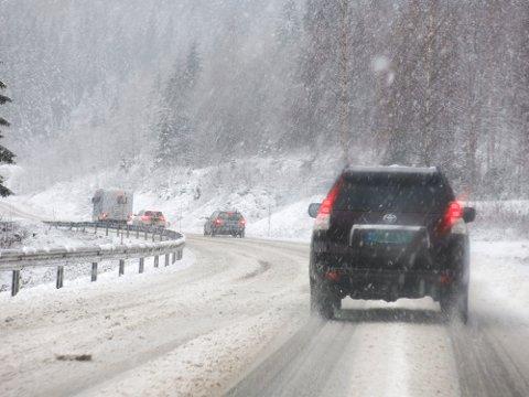 Mange kjører i disse dager hjem til jul. Men det er ugreie kjøreforhold flere steder i Sør-Norge, og meteorologene advarer om snøfokk og vind i fjellene. Illustrasjonsfoto: Paul Kleiven / NTB