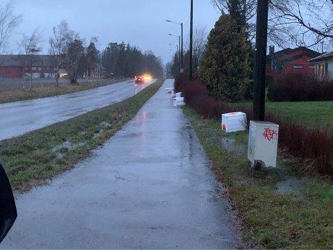 PÅ AVVEIE: Da Eigil Kittang Ramstad satte seg i bilen denne søndagen ble han møtt av flere bunter isopor langs Kjærnåsveien.