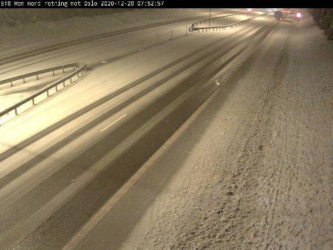 SNØ: Slik ser det ut på E18 ved Hemtunnelen like før klokka 08 mandag morgen.