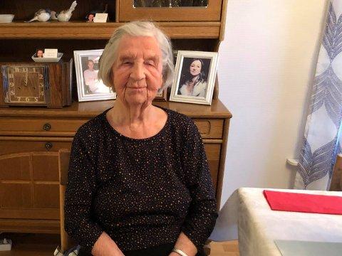 KOS OG GLEDE: Gerda Nilsen er opptatt av å ha et godt fellesskap med naboene, og sørger stadig for sosiale sammenkomster og hyggelige stunder.