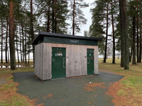 HER: Det var døra til venstre som ikke var åpen da barnefamiliene trengte tilgang på et toalett da de besøkte Skallevoldstranda.