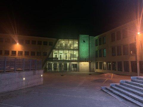 SKADEVERK: Ruter skal være knust på Presterød skole onsdag kveld.