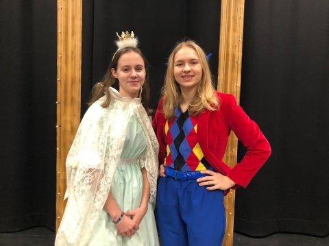 BAILEY BLUE OG BAKLANDET: Josefine Geisler (15) skal spille rollen som en middelalderprinsesse, og Lea Kristina Bomann (16) spiller hovedrollen som Bailey Blue. Begge to synes det har vært spennende å få være med på å utforme stykket.