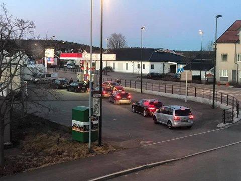 KØ: Billig bensin lokket mange til pumpene på Esso-stasjonen på Sem mandag morgen.