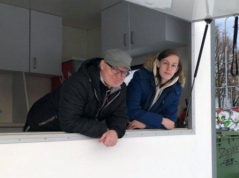 KIOSKVOGN: Atle Gundersen og sønnen Daniel (17) håper at noen kan ta ansvaret for den nye kioskvogna.