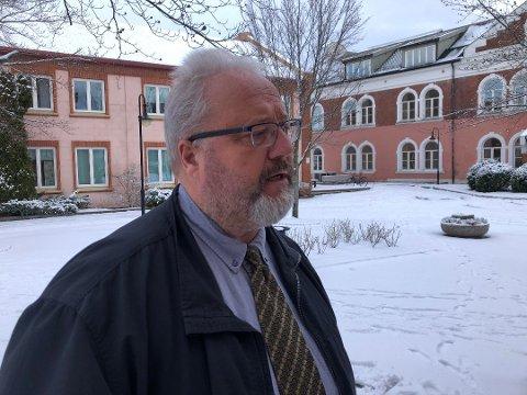 AVBRØT IGJEN: Den siktede og hans forsvarer Jonny Sveen (avbildet) avbrøt avhøret fredag kveld. Her fra tidligere i uka i forbindelse med saken.