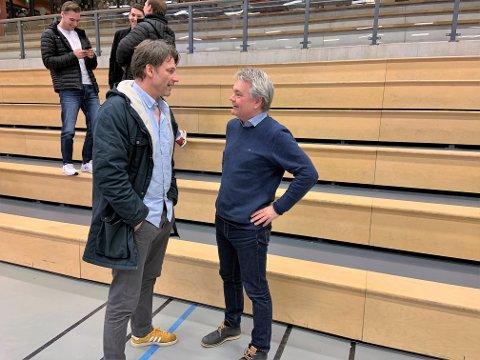 USIKKER VINTER: Trener Robert Hedin (t.v.) og daglig leder Roger Meyer i Nøtterøy Håndball er innstilt på å spille håndball helt til sommeren for å fullføre serien. (Bildet er tatt før koronapandemien.)