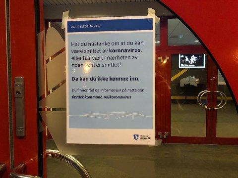 Denne plakaten henger på døren på Nøtterøy kulturhus.