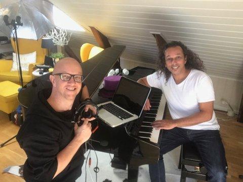 LAGER UNDERHOLDNING: Kenneth Hartmann Dahl (t.v) og Glenn Main Henriksen skal sende pianobar-musikk live på Facebook fra loftet til Glenn.