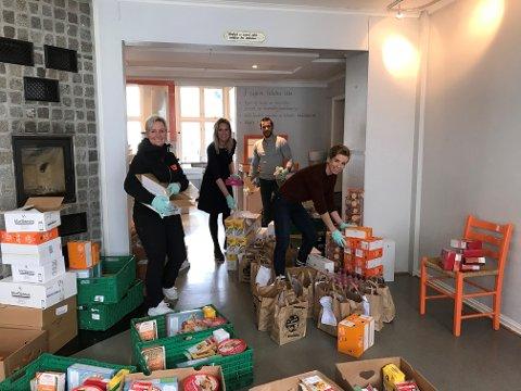 HJELP: Kirkens Bymisjon Vestfold gjør det de kan for å hjelpe de som trenger det i disse dager.  Fra venstre Anne Guri Amundsen, Janne Hestdal,  Amir Kanaan, Linn Wennerød som jobber i Kirkens Bymisjon.