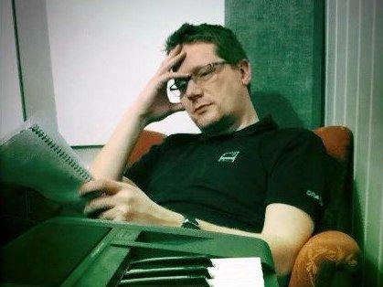 SYK: Tore Thomassen er glad i å lage musikk på fritiden, og får tid til å skrive nå som han er isolert. For ordens skyld så er dette bildet fra 2013.